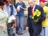 Marek Borowskim z firmowymi żółtymi różami.Nawet najmłodsi zostali obdarowani.